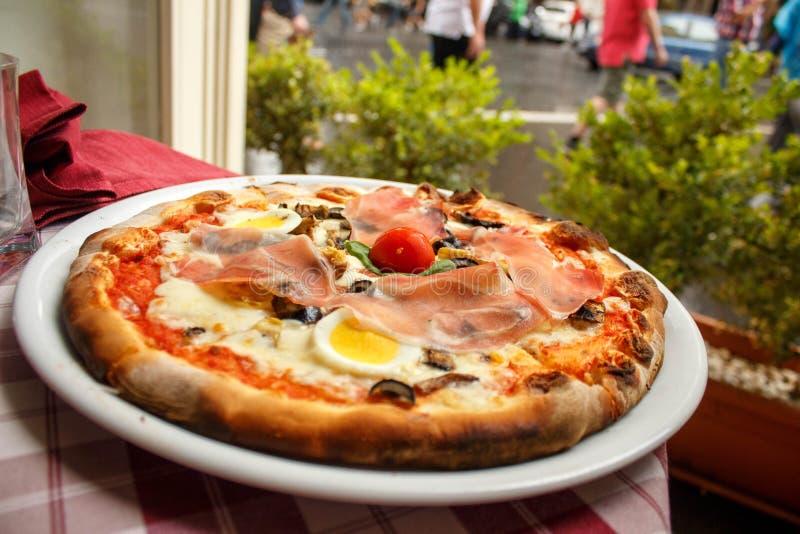 Pizza słuzyć w restauraci w Rzym zdjęcie royalty free