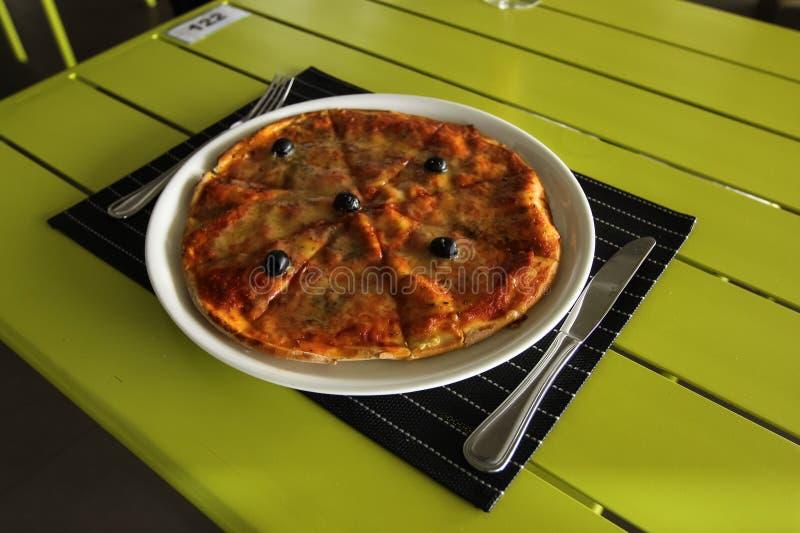 Pizza saboroso O jantar de casamento com carne do rolo fumou e tomates Pratos em que dê fotos de stock royalty free