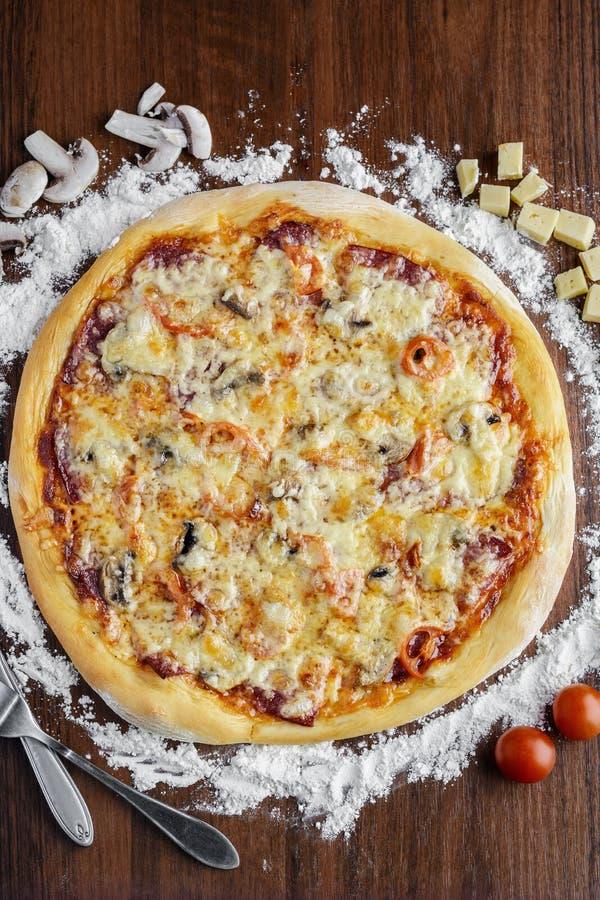 Pizza sabrosa fotos de archivo