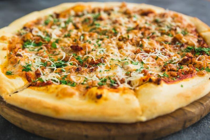 Pizza sabrosa con tocino, queso y el tomate en fondo oscuro Opinión del primer imágenes de archivo libres de regalías