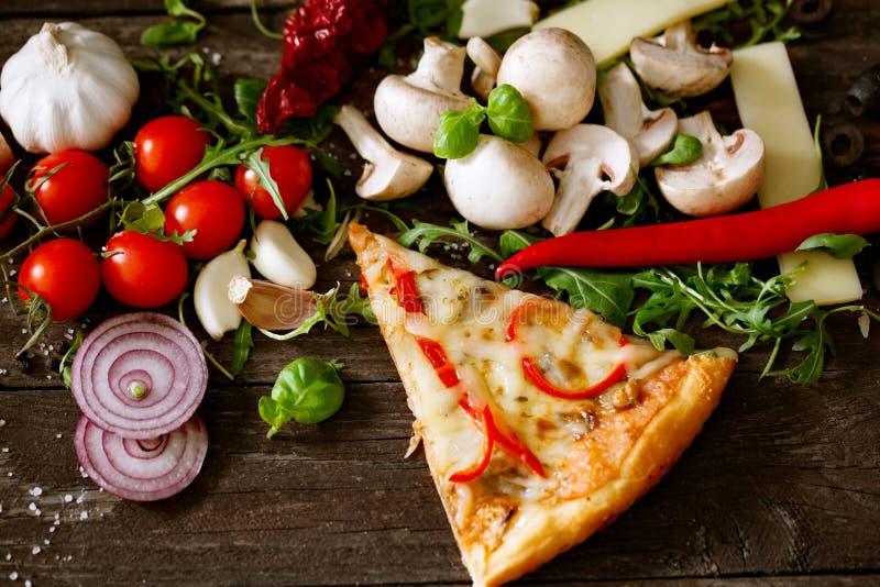 Pizza sabrosa de la rebanada en la opinión de sobremesa de madera fotos de archivo libres de regalías