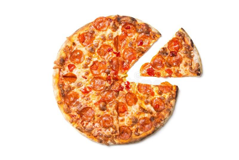 Pizza sabrosa fresca con los salchichones aislados en el fondo blanco Visión superior imagen de archivo