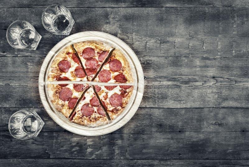 Pizza, salchichones, cena, rápida, comida, italiano, estilo rústico Copie el espacio estilo noir, foto blanco y negro imagen de archivo libre de regalías