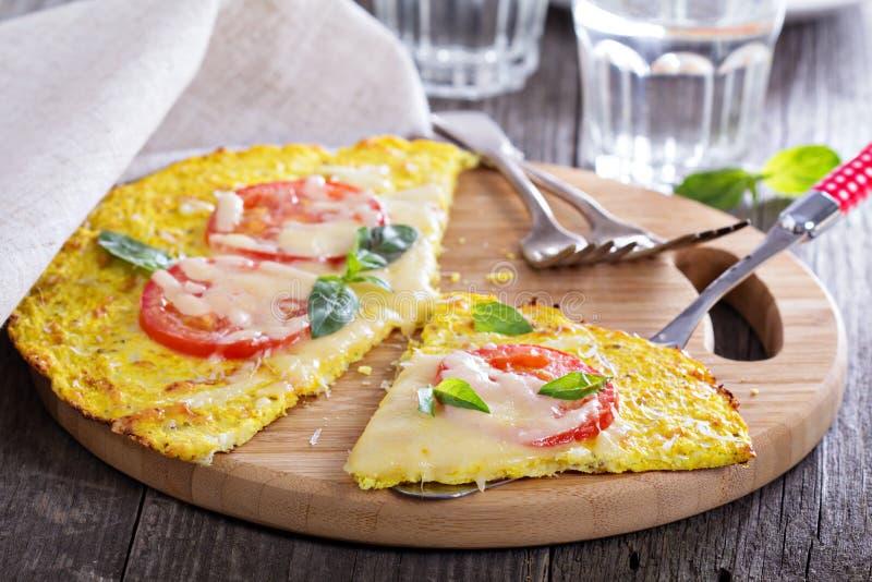 Pizza sana en la corteza de la coliflor foto de archivo