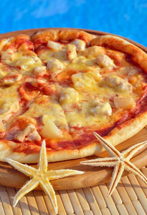 Pizza savoureuse décorée des étoiles de mer image libre de droits