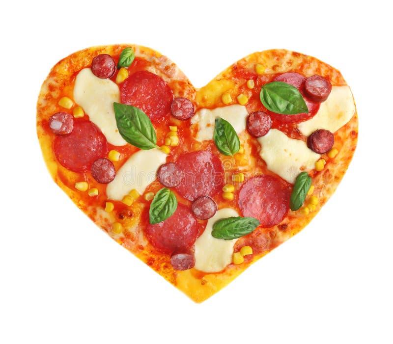 Pizza savoureuse dans la forme du coeur, d'isolement sur le blanc image libre de droits