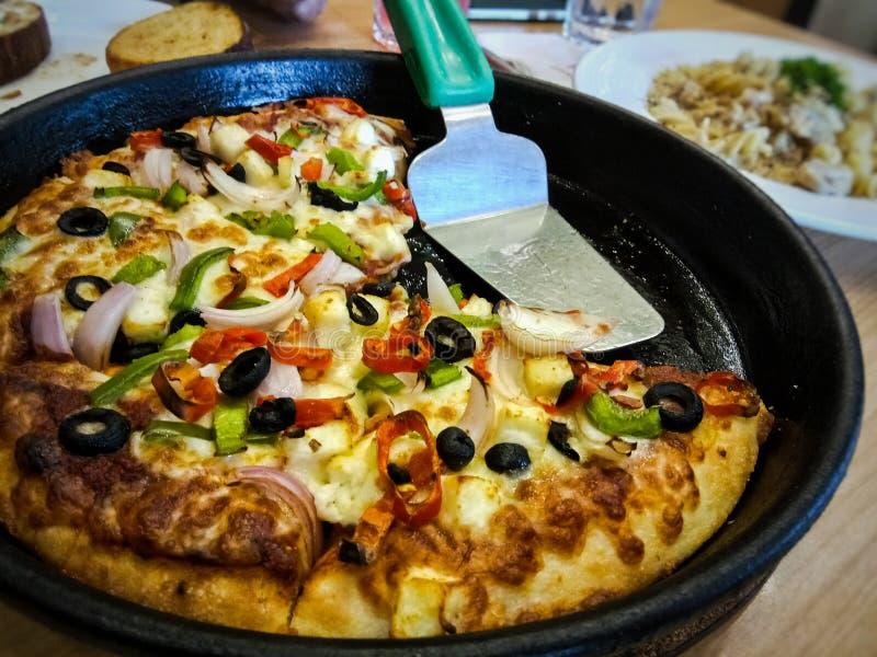 A pizza serviu quente em um restaurante fotografia de stock royalty free