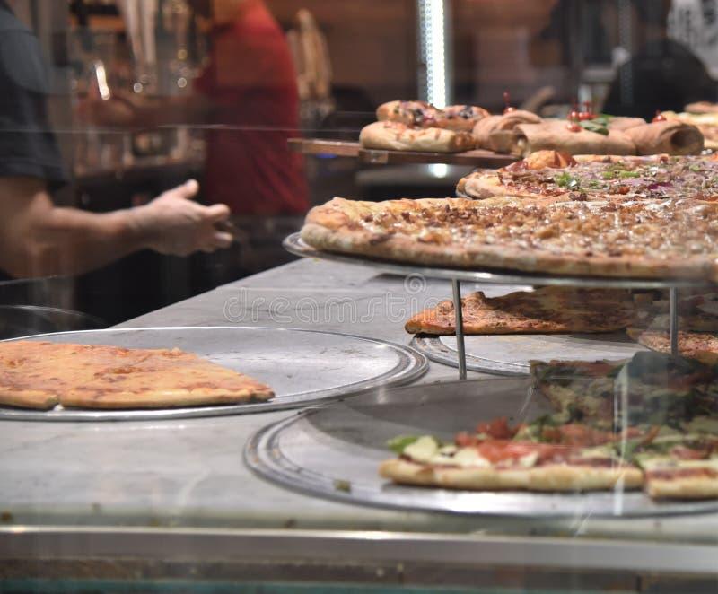Pizza shoppar på hörnet arkivfoton