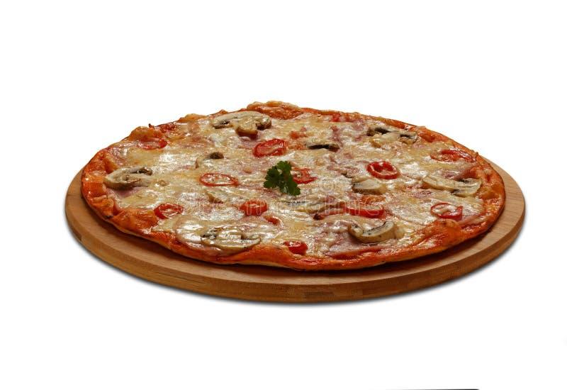Pizza siciliana mit Schinken, Tomaten, Pilzen und Mozzarella Auf lizenzfreie stockfotos