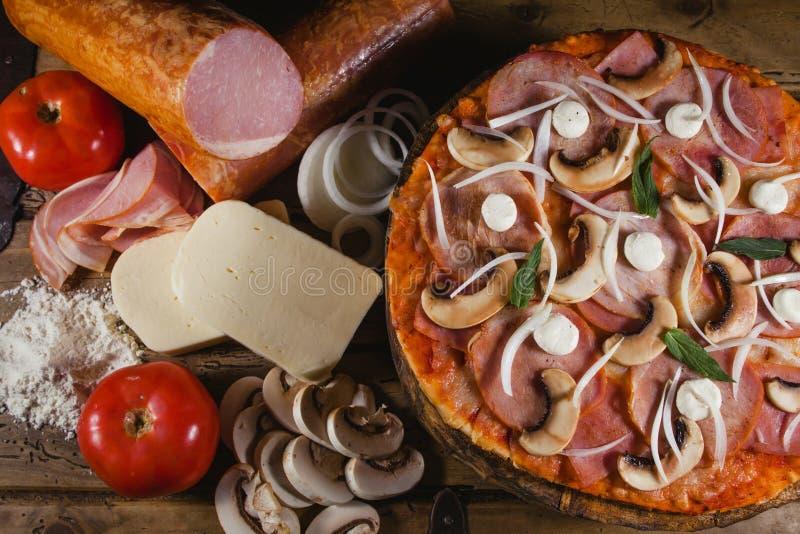 Pizza smakosz, przepis i składniki, włoski jedzenie zdjęcia royalty free
