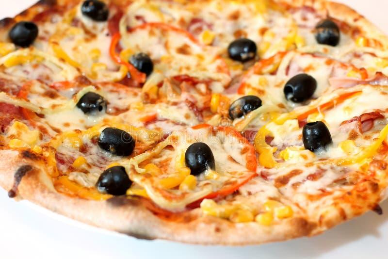 Pizza sopra il piatto bianco fotografia stock libera da diritti