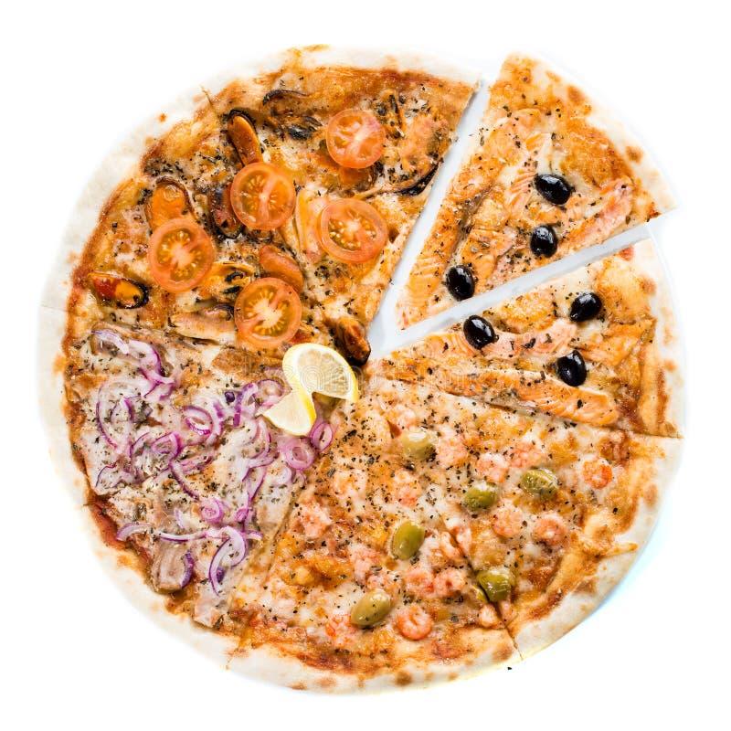 Pizza sortido com enchimentos diferentes no fundo claro alto foto de stock