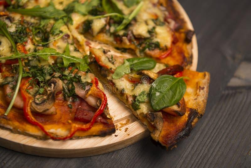 Pizza sortido no fundo de madeira fotografia de stock royalty free