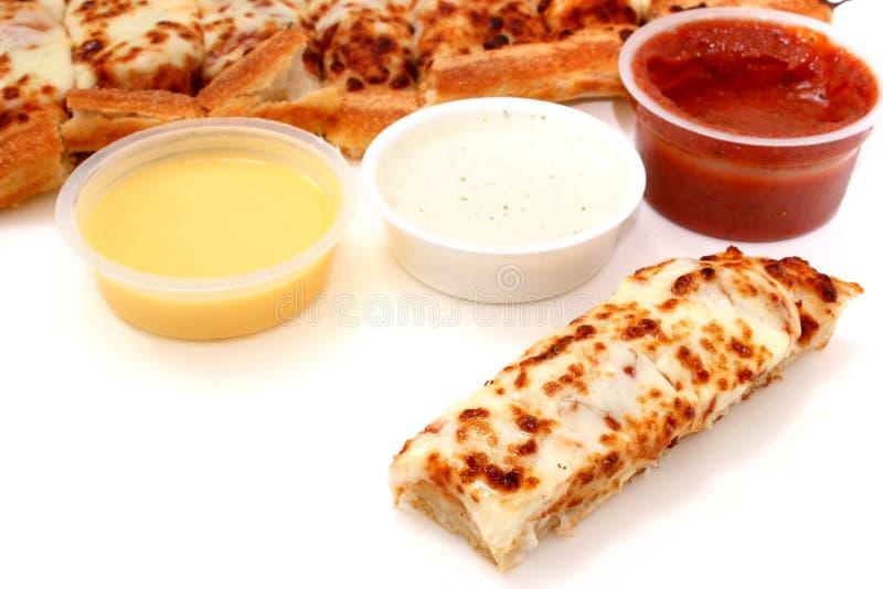 Pizza-Steuerknüppel und Marinara Soße, Knoblauch-Soße und Ranch-Behandlung lizenzfreie stockfotos