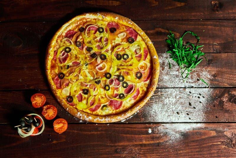 Pizza su un fondo isolato con i funghi cipolla e cetriolo immagine stock