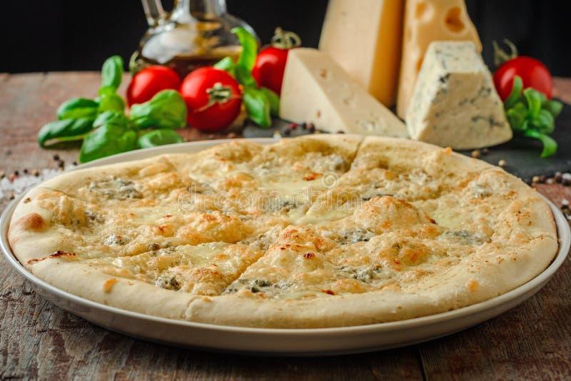 Pizza sugli ingredienti del whith della tavola immagini stock