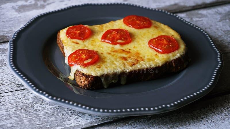 Pizza sulla banda nera immagine stock