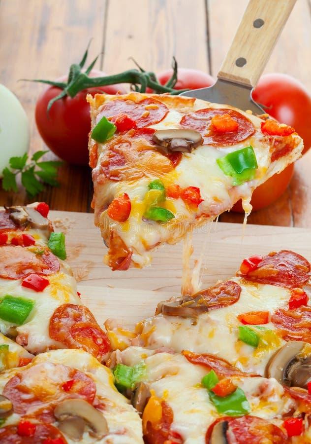 Pizza suprema immagine stock