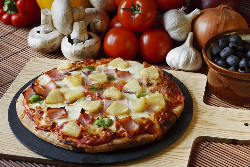Pizza suprema despedida madeira do presunto e do abacaxi imagens de stock royalty free