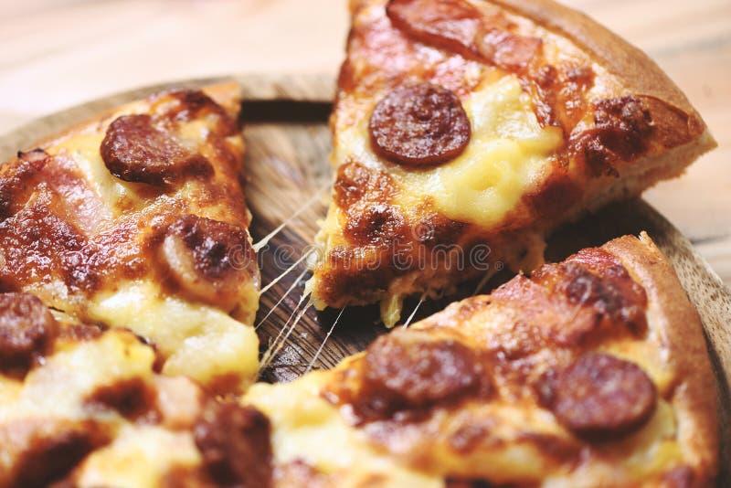 Pizza sur la fin en bois de plateau vers le haut de/fromage traditionnel italien savoureux délicieux de pizza d'aliments de prépa photographie stock