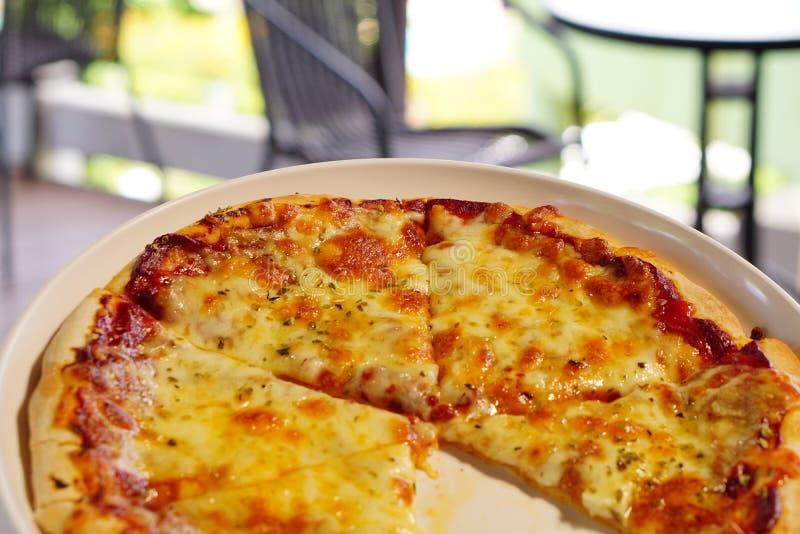 Pizza sur la table photographie stock