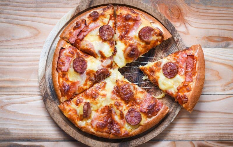 Pizza sur la vue supérieure de plateau en bois/fromage traditionnel italien savoureux délicieux de pizza d'aliments de préparatio photographie stock
