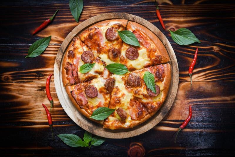 Pizza sur la vue supérieure en bois de feuille de basilic de plateau et de piments/fromage traditionnel italien savoureux délicie images stock