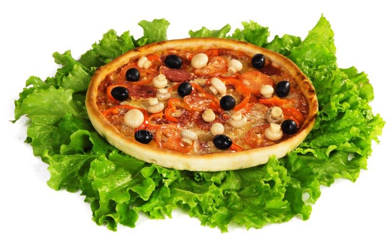 Pizza sur lames de laitue images stock