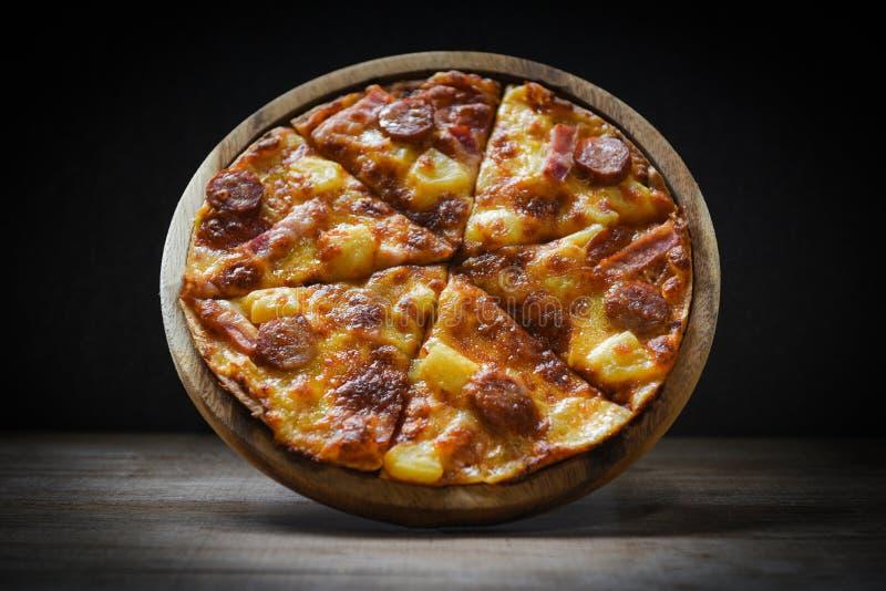 Pizza sur le fromage traditionnel italien savoureux délicieux de pizza d'aliments de préparation rapide de plat en bois avec du m photos libres de droits