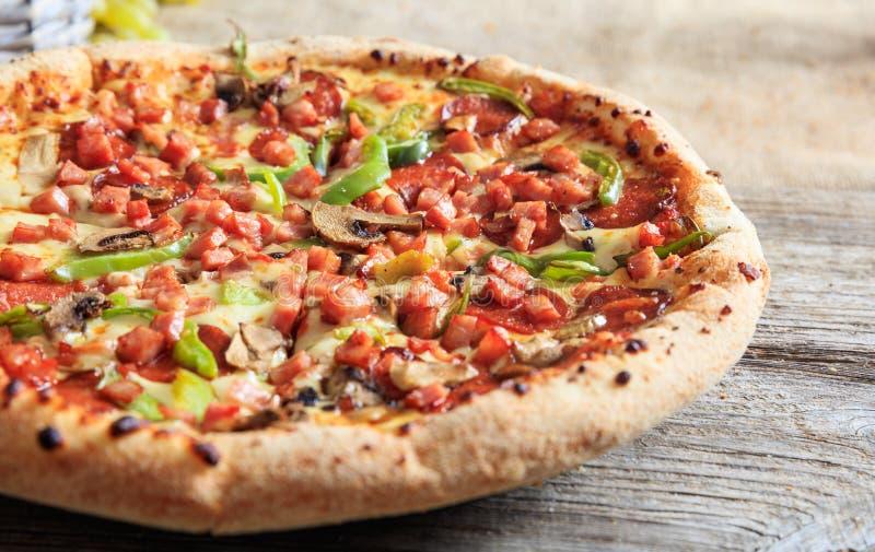 Pizza sur une table en bois image libre de droits