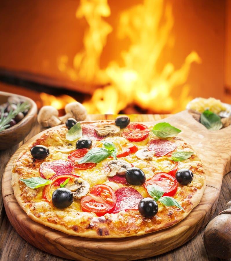 Pizza Trä-avfyrad ugn på bakgrunden fotografering för bildbyråer