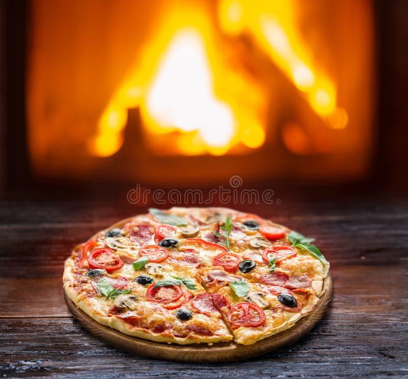 Pizza Trä-avfyrad ugn på bakgrunden arkivfoto
