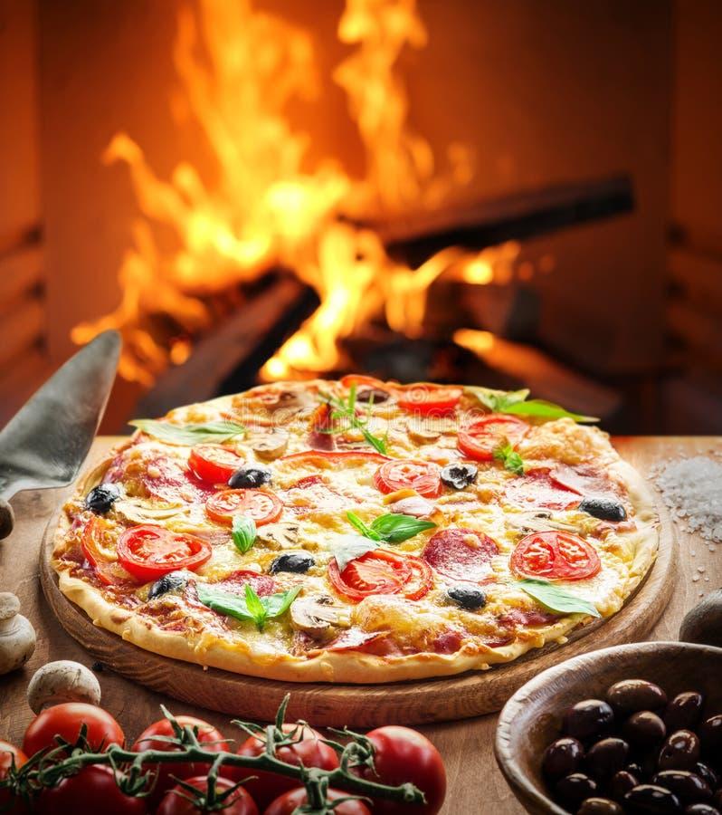 Pizza Trä-avfyrad ugn på bakgrunden royaltyfri bild