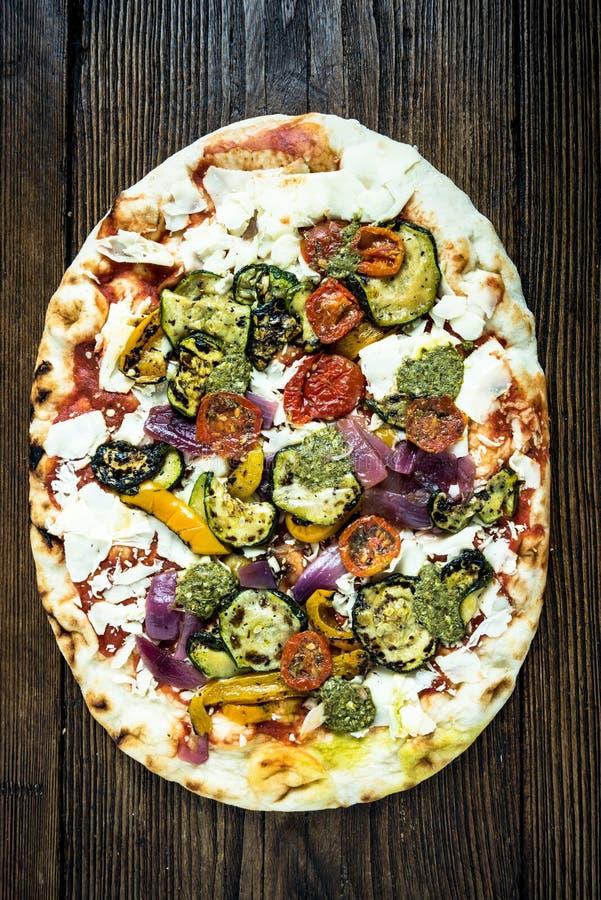 Pizza traditionnelle du feu en bois images stock