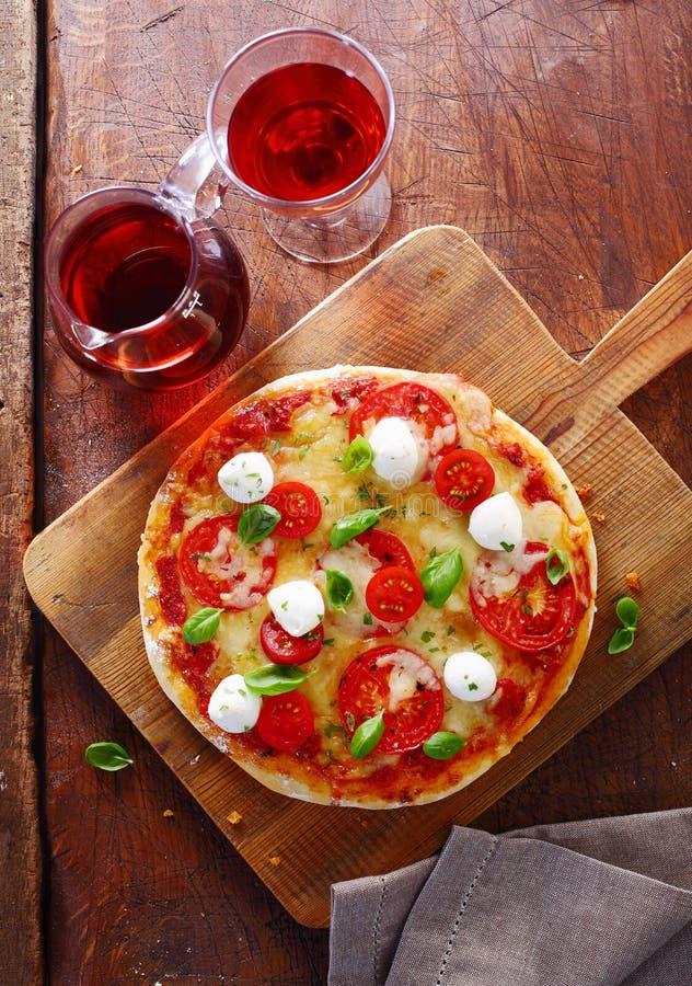 Pizza tricolore italienne colorée avec le vin rouge photos stock