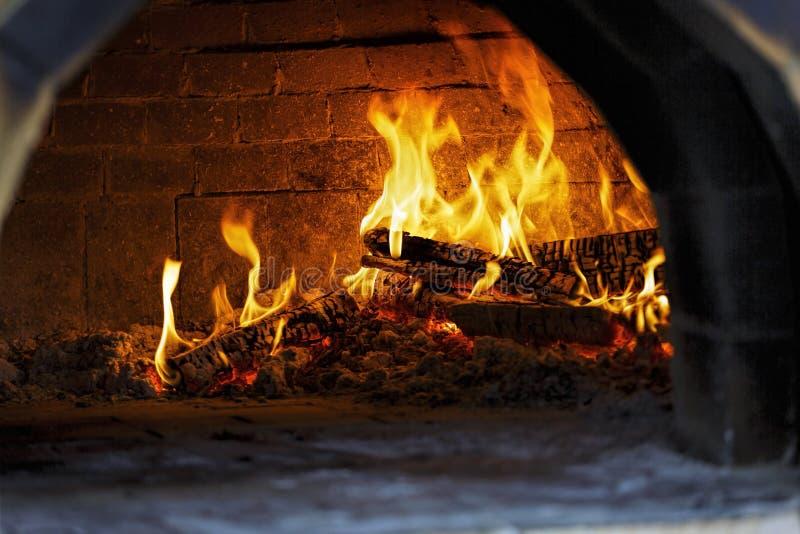 Pizza ugn, lagat mat, trä-avfyrat brännande trä, spis, italienare, pizzeria, matlagning, flamma, royaltyfri bild