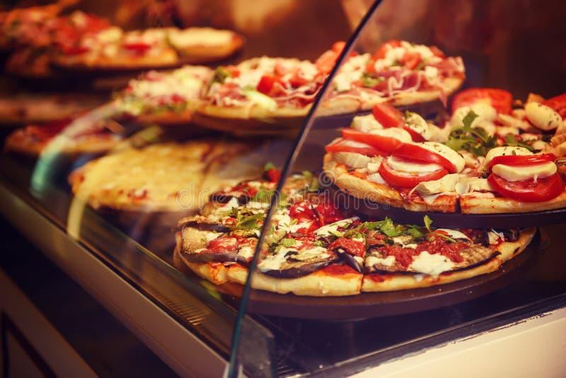 Pizza in un caffè fotografia stock libera da diritti