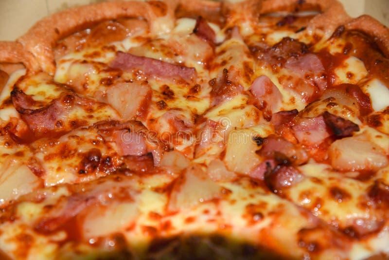 Pizza in una scatola di cartone contro un fondo di legno Menu della pizza Ingredienti alimentari e spezie per la cottura dei fung fotografia stock libera da diritti
