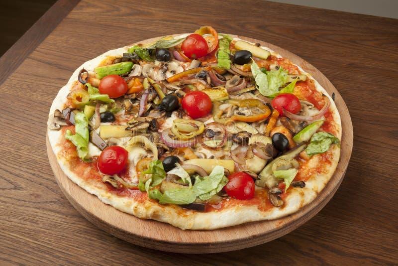 Pizza végétarienne avec des légumes photos libres de droits
