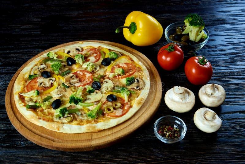 Pizza vegetariana caliente imagen de archivo libre de regalías