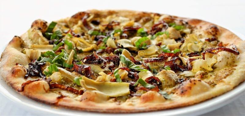 Pizza vegetariana cocinada en el horno de madera fotos de archivo