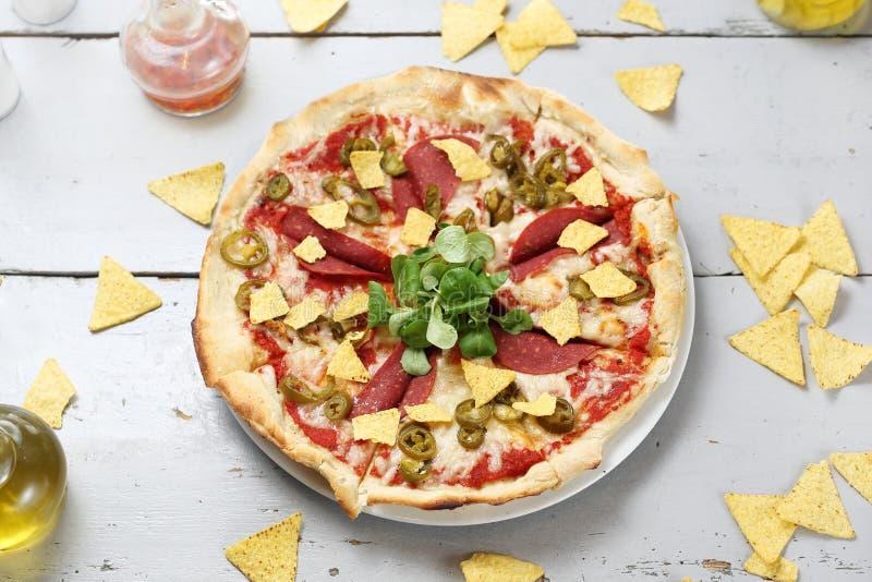 Pizza vegetariana con il salame della soia Una dieta senza carne sana fotografia stock