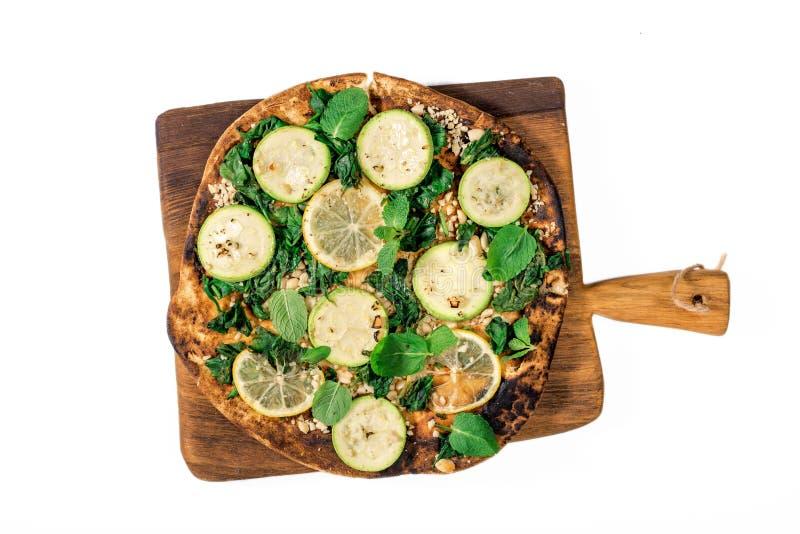 Pizza vegetariana sana isolata su fondo bianco fotografie stock