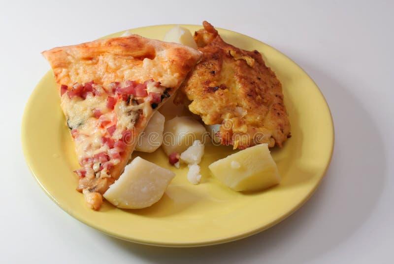 Pizza, viande et pommes de terre photographie stock