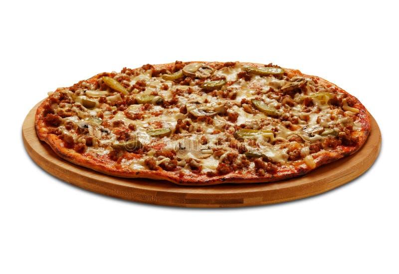 Pizza von Bolognese mit cornichon und Champignons Auf Weiß lizenzfreie stockfotografie