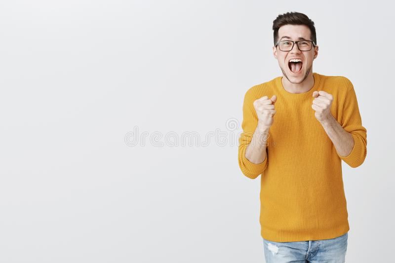 Pizza w końcu przyjeżdżająca hooray Portret świętować szczęśliwej z podnieceniem atrakcyjnej młodej samiec w pulowerze i szkłach zdjęcie stock