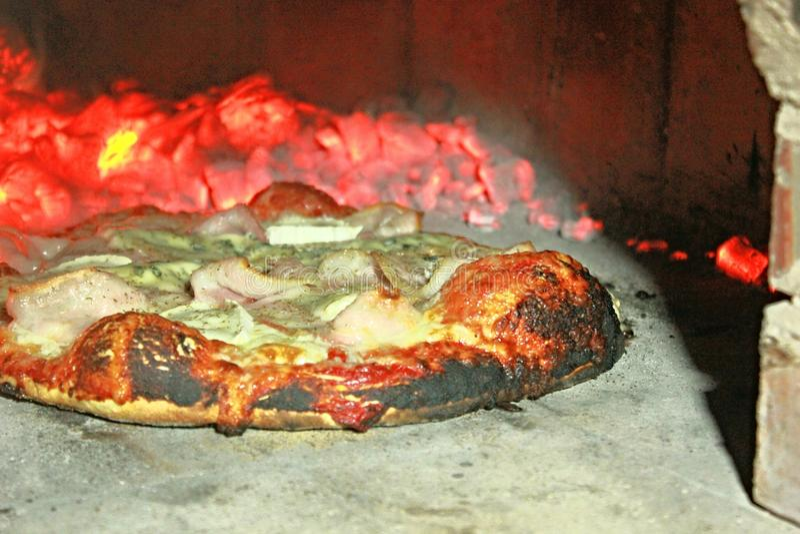Pizza w piekarniku zdjęcia stock