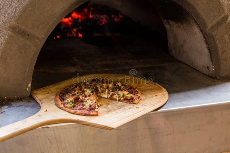 Pizza woodfired pizzaugn arkivbild