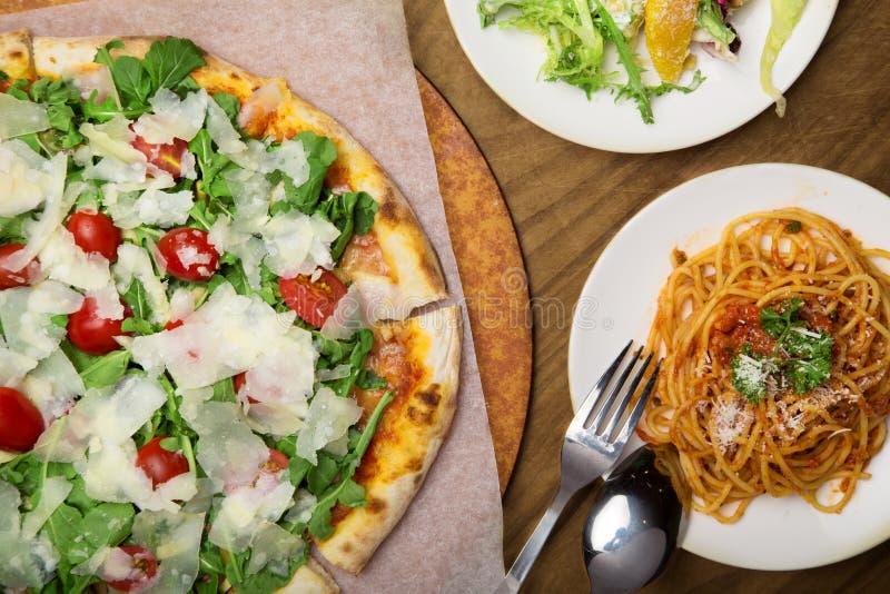 Pizza y pastas italianas fotos de archivo libres de regalías