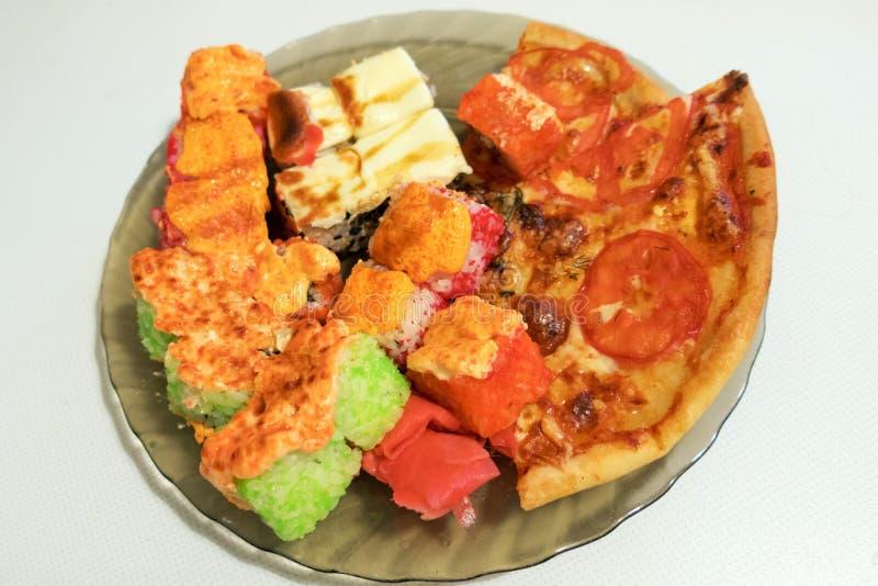 Pizza y rollos foto de archivo